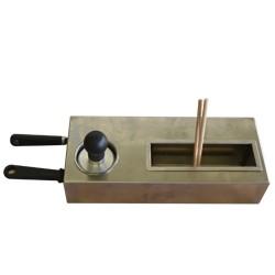 """Kit voor pannenkoekenbakplaat bestaande uit 2 houten spatels, 2 houten deegverspreiders """"T""""-vorm, reinigingsstempel."""